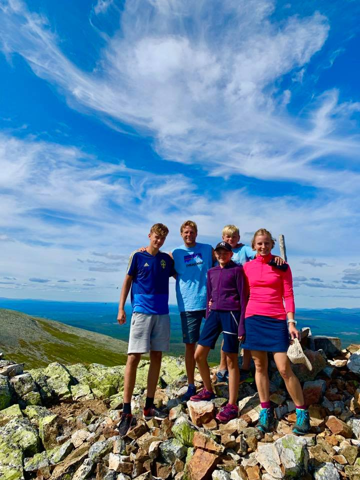 The whole family gathered at the top of Mulen during a mountain hike at Nipfjället, Sweden.